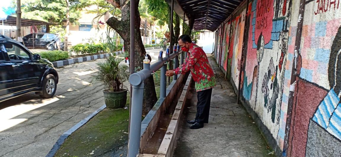 Tempat mencuci tangan sebelum memasuki lingkungan SMA Negeri 10 Bandung